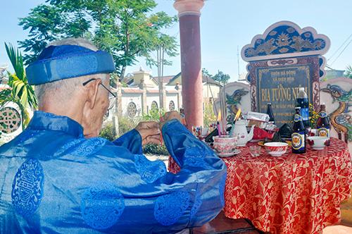 Dân làng Hà Đông tổ chức lễ giỗ chung tưởng nhớ người thân và dân làng bị thảm sát. Ảnh: NGUYÊN ĐOAN