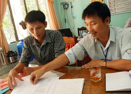 Ông Phạm Minh Tài (phải) - Phó Trưởng phòng TN-MT huyện Bắc Trà My cho rằng, hồ sơ địa chính cũ cũng là một yếu tố gây khó khăn cho công tác cải cách hành chính trong lĩnh vực đất đai.