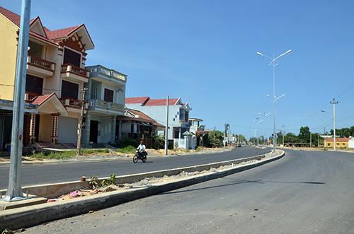 Con đường trục chính vào KCN Điện Nam - Điện Ngọc trở nên khang trang hơn.