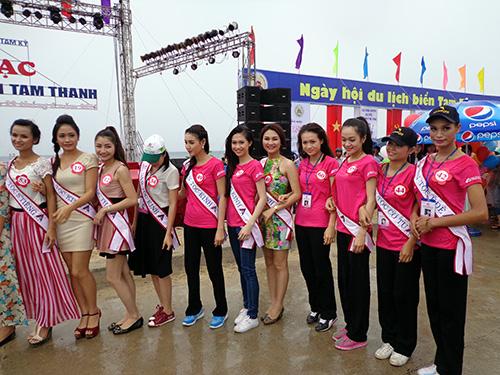 Thí sinh hoa hậu 2013 chụp ảnh lưu niệm tại ngày hội du lịch biển Tam Thanh 2013. Ảnh: NGÂN HÀ