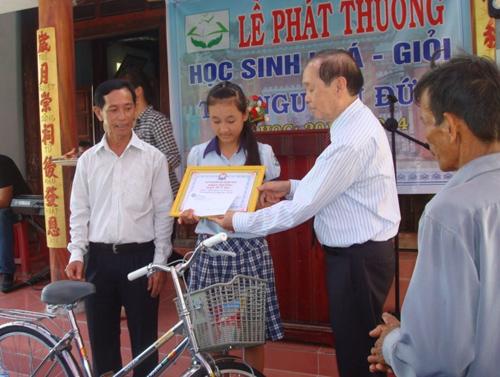 Đại diện Quỹ Khuyến học Quang Minh trao học bổng cho học nghèo vượt khó.
