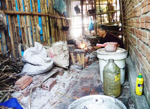 Cụ Trĩ sống trong căn bếp trống hoác của mình.