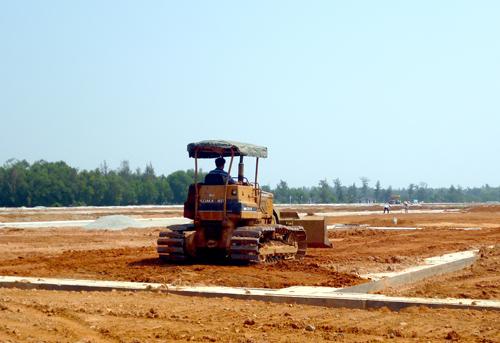 Luật Đất đai sửa đổi sẽ minh bạch trong thu hồi đất.  Trong ảnh: Xây dựng hạ tầng tại khu tái định cư Tam Anh Nam (Núi Thành).