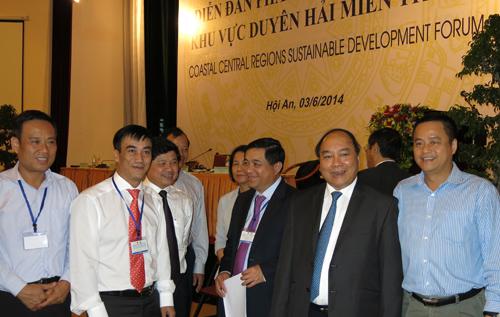 Lãnh đạo các cơ quan quản lý và nhà đầu tư trao đổi về phát triển miền Trung.Ảnh: T.DŨNG