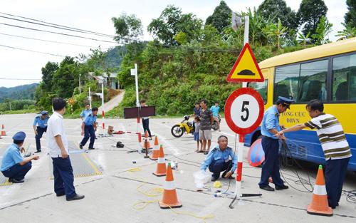 Mất gần một buổi, trạm cân lưu động trên đường Hồ Chí Minh mới lắp đặt xong.Ảnh: CÔNG TÚ