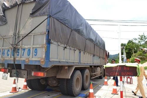 Lực lượng liên ngành kiểm soát trọng tải xe.