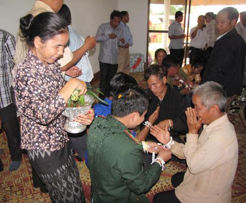 Té nước, một tập tục của người Lào.