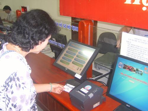 Khách hàng sử dụng HĐĐT có nhiều tiện ích hơn như: được lưu trên máy tính, lúc nào cần thiết tự in, không phải quản lý hóa đơn giấy hàng tháng.Ảnh: T.LỘ