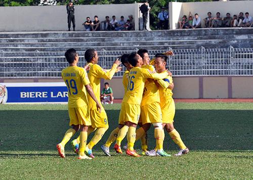 Các đồng đội chia vui với Thanh Trung sau khi anh ghi bàn thắng.