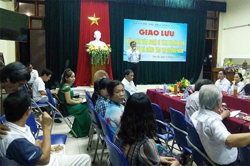 """Nhạc sĩ Phan Văn Minh trình bày ca khúc """"Khúc tưởng niệm Gạc Ma"""" trong buổi giao lưu với văn nghệ sĩ tỉnh Thanh Hóa."""