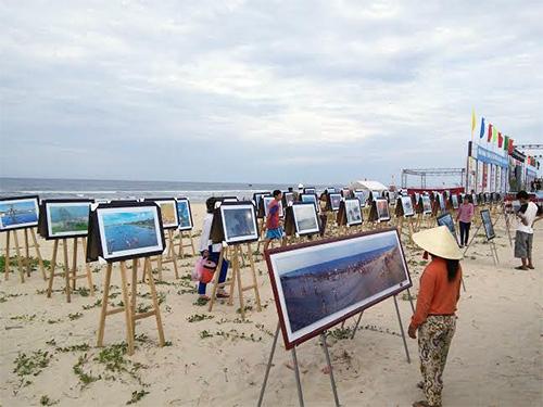 """Triển lãm ảnh """"Tam Thanh biển gọi"""" của Câu lạc bộ nhiếp ảnh Hà Đông."""
