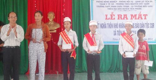 Khối cơ quan, đơn vị trên địa bàn huyện Tiên Phước tặng quà cho thôn kết nghĩa.Ảnh: N.H