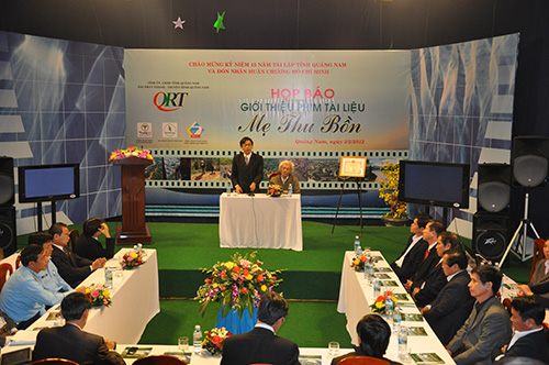 Lãnh đạo QRT họp báo giới thiệu dự án phim Mẹ Thu Bồn.Ảnh: H.VŨ