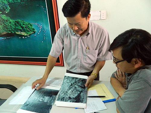 Ông Phan Văn Cẩm giới thiệu những bức ảnh về Phật viện Đồng Dương được chụp lại từ một bảo tàng của Pháp.Ảnh:L.Q