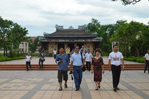 Đoàn khảo sát tại Văn thánh Khổng Miếu.