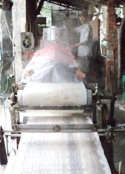 Máy tráng bánh bán tự động và liên tục của gia đình ông Nguyễn Văn Nhị, Đại Nghĩa.  Ảnh: H.L