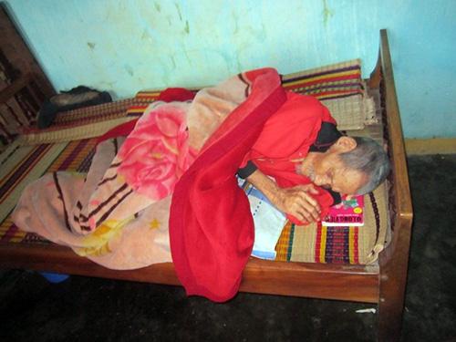 Cụ Ngô Ta, ông nội của cháu Phượng nằm liệt giường hiện nay do cháu Phượng chăm sóc.