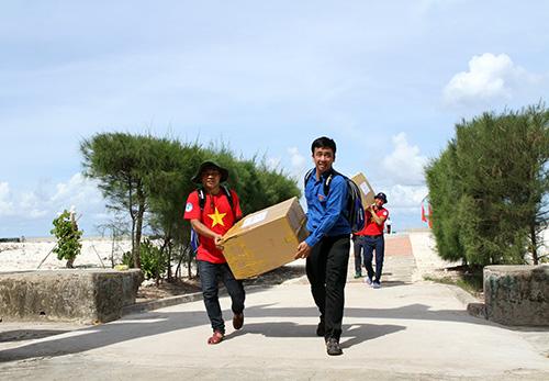 Các đai biểu mang quà từ đất liền lên đảo.