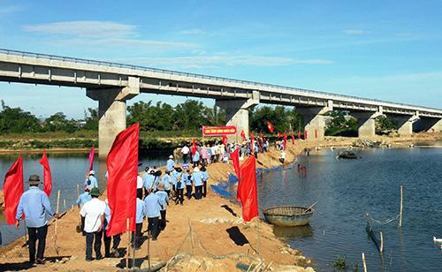 Tuyến đập ngăn mặn trên sông Thu Bồn vừa hoàn thành.