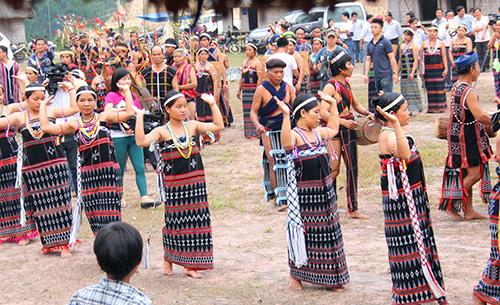 Bảo tồn bản sắc văn hóa bản địa cần phải dựa vào cộng đồng. Ảnh: Alăng Ngước