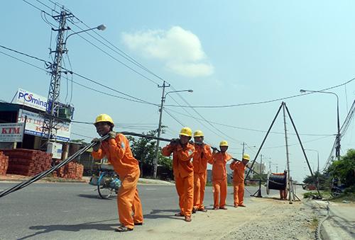 Kéo điện phục vụ mở rộng quốc lộ 1 qua huyện Thăng Bình.