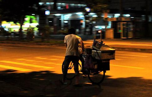 Những người bán hàng rong giữa lòng đêm Sài Gòn.