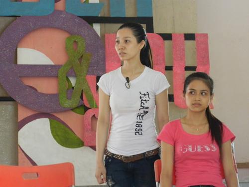 Đoàn Thị Thu Trang (bên trái) – từ Đà Nẵng vào Tam Kỳ tham gia tập luyện với mức hỗ trợ 20 nghìn đồng/ ngày.Ảnh: L.QUÂN