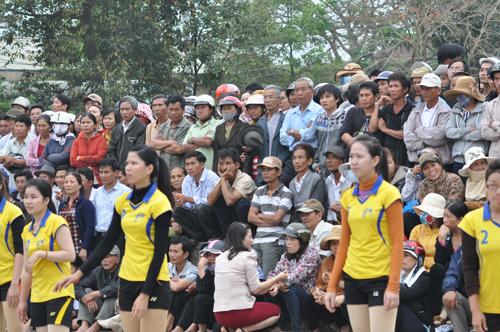Giải Bóng chuyền nữ tỉnh tổ chức tại Quế Sơn thật sự là ngày hội.Ảnh: A.SẮC