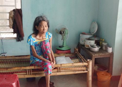 Bà Phùng Thị Cư bên chiếc giường tre ngóng đợi con về. Ảnh: T.A