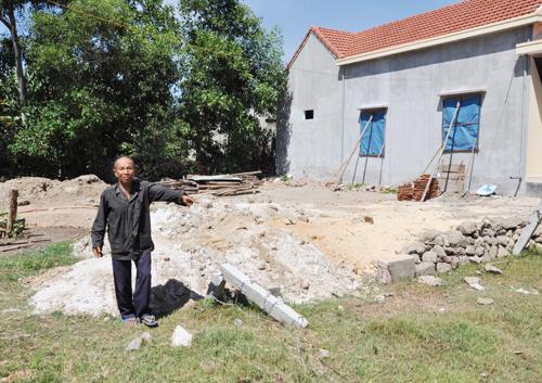 Ông Huỳnh Văn cho rằng cán bộ địa chính xã làm sai lệch hồ sơ nên đã cấp nhầm đất của ông cho hộ ông Tỉnh. Ảnh: T.T