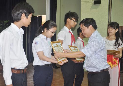 Phó Chủ tịch UBND TP.Tam Kỳ Bùi Ngọc Ảnh trao thưởng cho HS giỏi năm học  2013-2014.Ảnh: T.VY