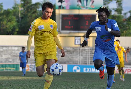 Trung vệ Văn Việt (bên trái) vào sân  từ ghế dự bị những vẫn không ngăn được thất bại của đội nhà