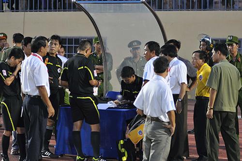 Lãnh đạo, ban huấn luyện QNK Quảng Nam phản đối trọng tài sau khi trận đấu kết thúc