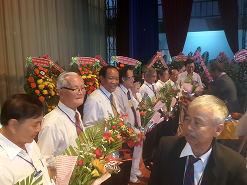 Đồng chí Đinh Văn Thu chụp hình lưu niệm cùng Ban chấp hành Hội đồng hương QN-ĐN tại Bình Phước.