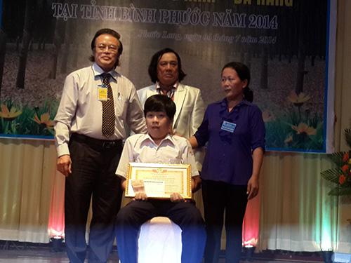Trao và tặng quà cho em Vũ Kiều Hải Hòa- bị tật nguyền nhưng đã là học sinh giỏi suốt 10 năm liền.