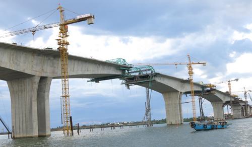 Cầu Cửa Đại, một trong những dự án, công trình trọng điểm rất cần vốn.Ảnh: T.PHONG