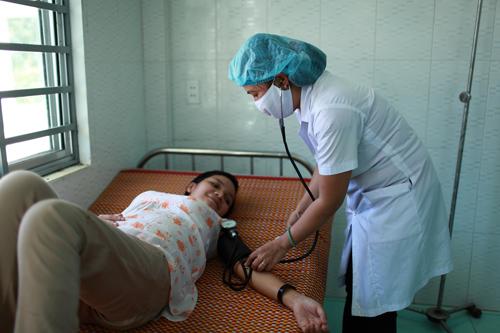 Bác sĩ của Trạm y tế xã Ba khám bệnh cho người dân.Ảnh: T.DŨNG
