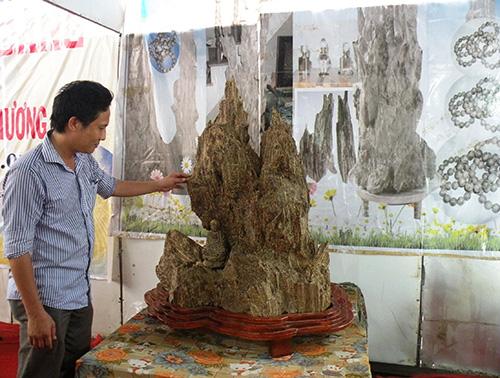 Khách tham quan gian hàng thủ công mỹ nghệ tại hội chợ.