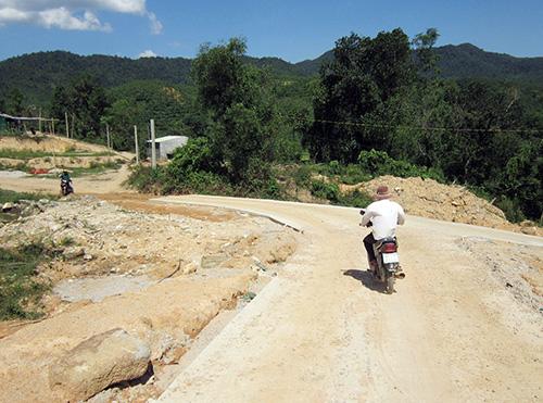 Con đường nối liền với trung tâm xã Quế Lâm giúp người dân thôn Thạch Bích thoát cảnh lụy đò, có cơ hội phát triển kinh tế. Ảnh D.T