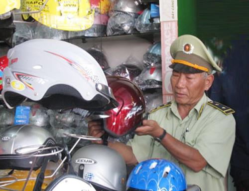 Cơ quan chức năng kiểm tra mũ bảo hiểm tại các đại lý.Ảnh: THỤC ANH