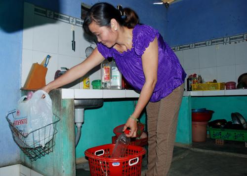 Bà Nguyễn Thị Út Mai (thôn Tân Bình 3, Điện Trung, Điện Bàn) thực hiện phân loại rác thải tại nhà.