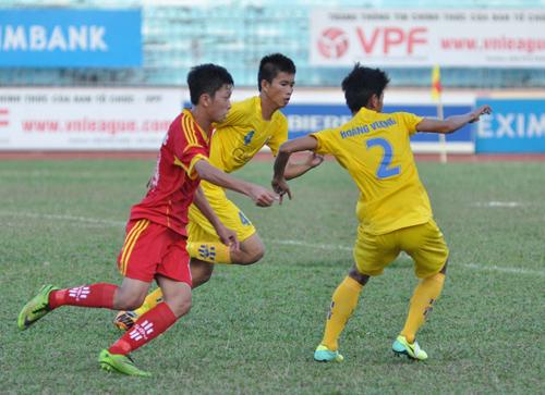 Hai trung vệ Quảng Nam vất vả cản phá pha đi bóng của Sông Lam Nghệ An.Ảnh: A.NHI