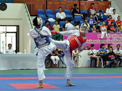 Các VĐV đều quyết tâm giành chiến thắng để đem lại cơ hội đua tranh ngôi vị toàn đoàn cho đơn vị mình nên những trận đấu tại giải Karatedo năm 2014 luôn diễn ra quyết liệt, hấp dẫn. Ảnh: T.VY