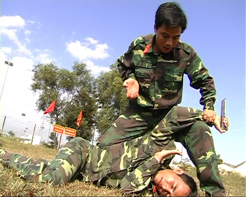 Thượng úy Lê Tấn Nguyên huấn luyện võ thuật cho cán bộ, chiến sĩ đại đội Trinh sát. Ảnh: A.T