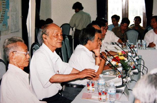 """Nhà văn Sơn Nam và nhà văn Nguyễn Văn Xuân (từ trái qua) tại Hội thảo khoa học """"Vai trò lịch sử của Dinh trấn Quảng Nam"""" tổ chức ở Tam Kỳ cuối tháng 8-2002."""