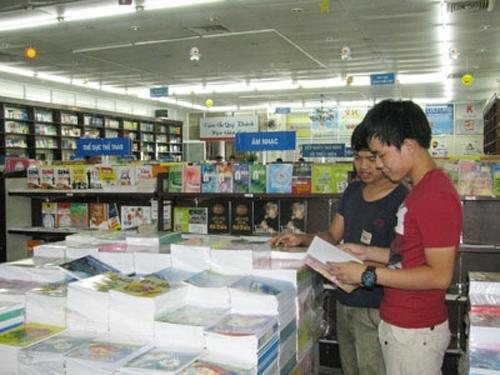 Vào mùa mua sắm sách vở cho năm học mới.Ảnh: THỤC ANH
