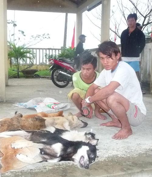 Các đối tượng trộm chó bị lực lượng công an bắt giữ.  Ảnh minh họa