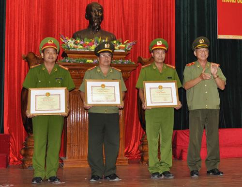 Thượng tá Lê Hữu Hoa - Trưởng phòng PC52 (ngoài cùng bên trái) thay mặt tập thể nhận Bằng khen của UBND tỉnh. Ảnh: Phương Nam