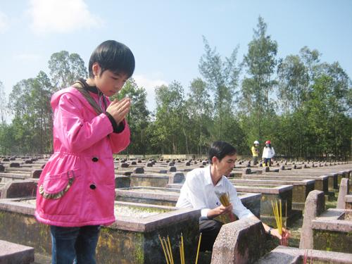 Tác giả và con gái thắp hương tưởng niệm cha và ông nội tại NTLS Tam Thái.Ảnh: D.HIỂN