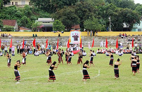 Đông đảo diễn viên, vận động viên và người dân có mặt tại lễ tổng duyệt.